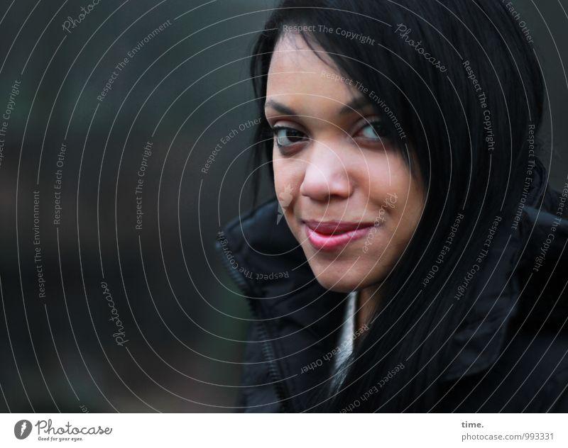 . feminin Junge Frau Jugendliche 1 Mensch Jacke schwarzhaarig langhaarig beobachten Lächeln Blick warten schön Sympathie Wachsamkeit Vorsicht Gelassenheit