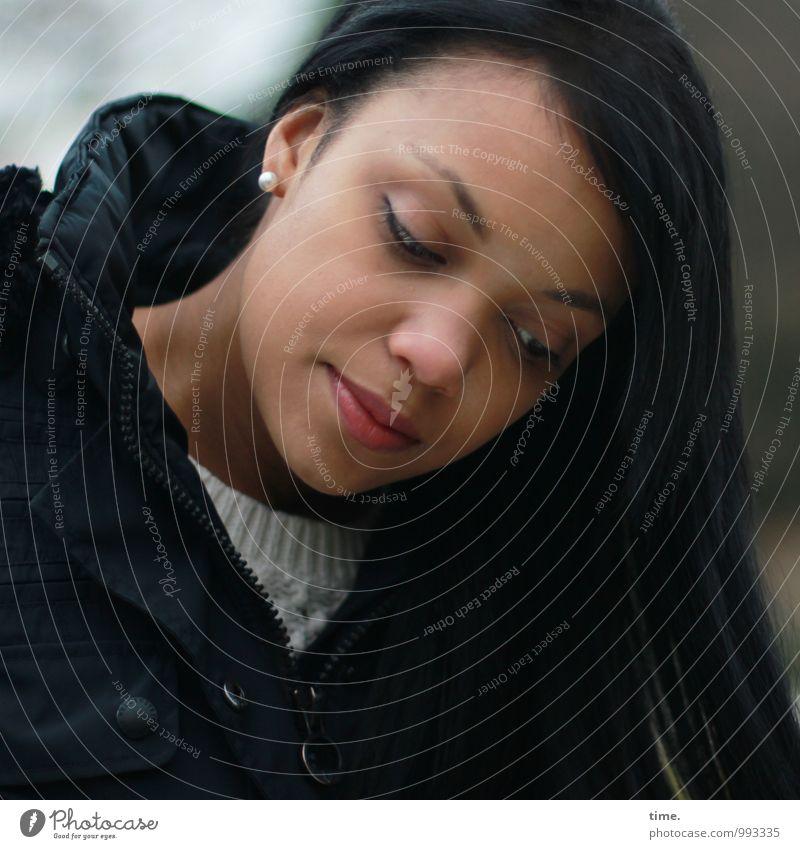. Mensch Jugendliche schön Junge Frau feminin Denken Stimmung träumen warten beobachten Sehnsucht Fernweh Jacke Müdigkeit langhaarig schwarzhaarig