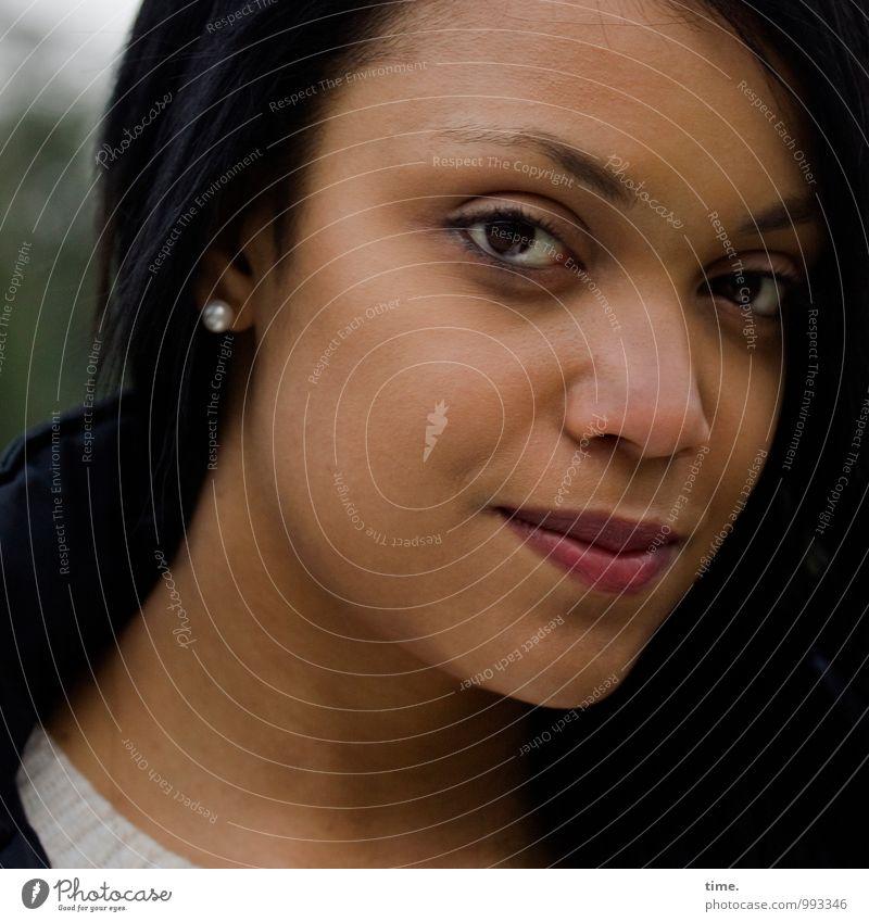 . Mensch Jugendliche schön Junge Frau ruhig feminin Zeit Zufriedenheit warten Lächeln beobachten Sicherheit Gelassenheit Vertrauen Konzentration Wachsamkeit
