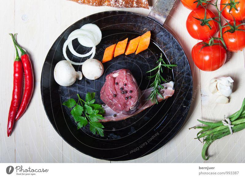 Grillpfanne Lebensmittel Fleisch Gemüse Bioprodukte Pfanne gut Rinderfilet Möhre Chili Zwiebel Tomate Brot Baguette Bohnen Speck Rosmarin eisenpfanne