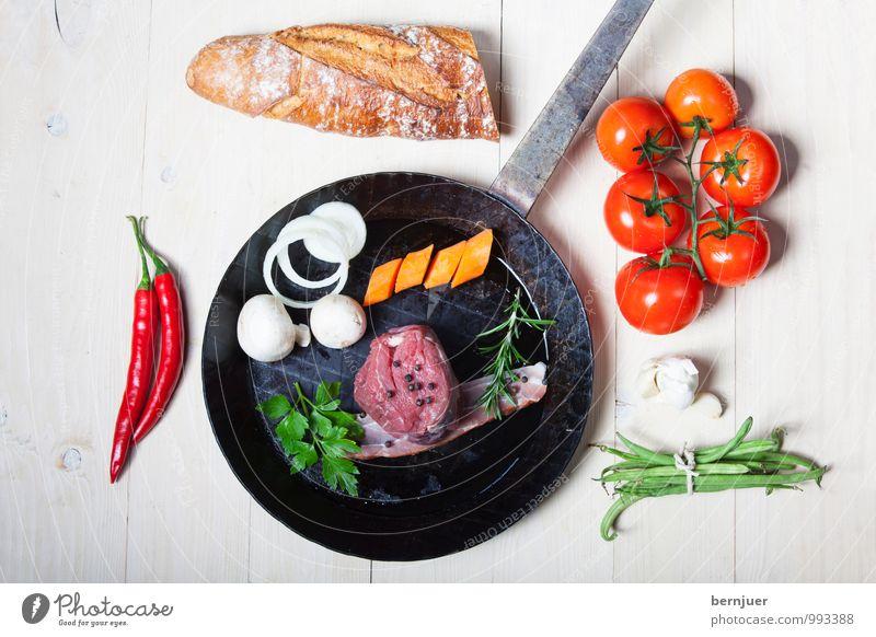 Making of Lebensmittel Fleisch Gemüse Teigwaren Backwaren Ernährung Pfanne gut rot weiß Rinderfilet Steak Rindfleisch roh Tomate Baguette Chili Zwiebel