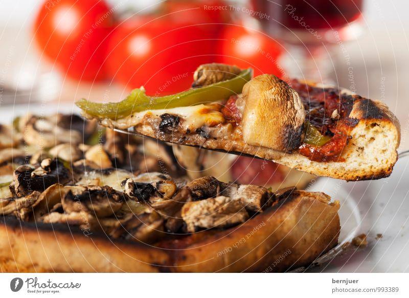 Mafiatorte Lebensmittel Teigwaren Backwaren Abendessen Italienische Küche Teller Billig gut Pizza Champignons Tomate Rotwein Weinglas knusprig Pilz funghi