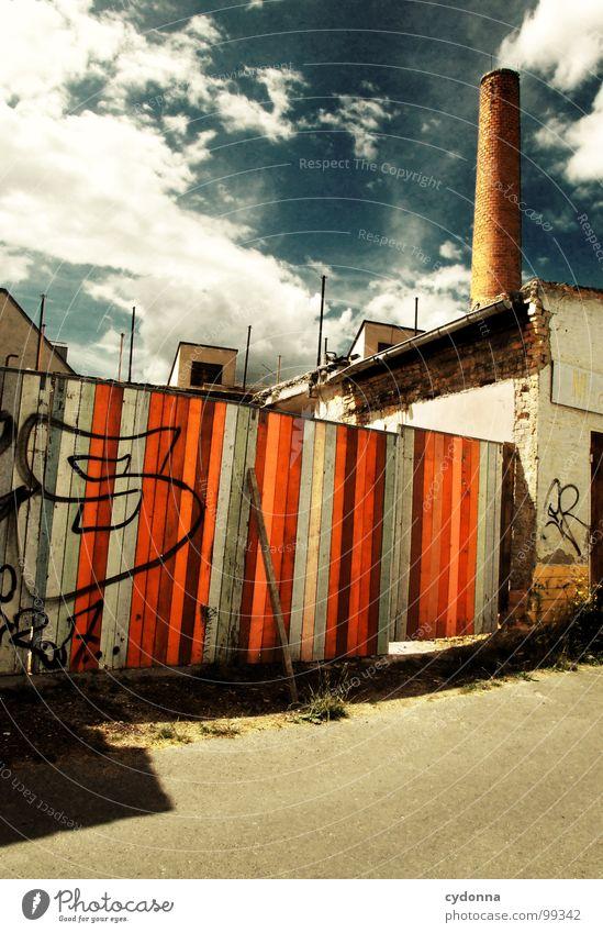 Paint it Black Weimar Stadt leer Einsamkeit Tod Haus Fassade Mauer einzigartig Sommer Hinterhof Wolken Holz Demontage Barriere Grundstück vergangen Gelände