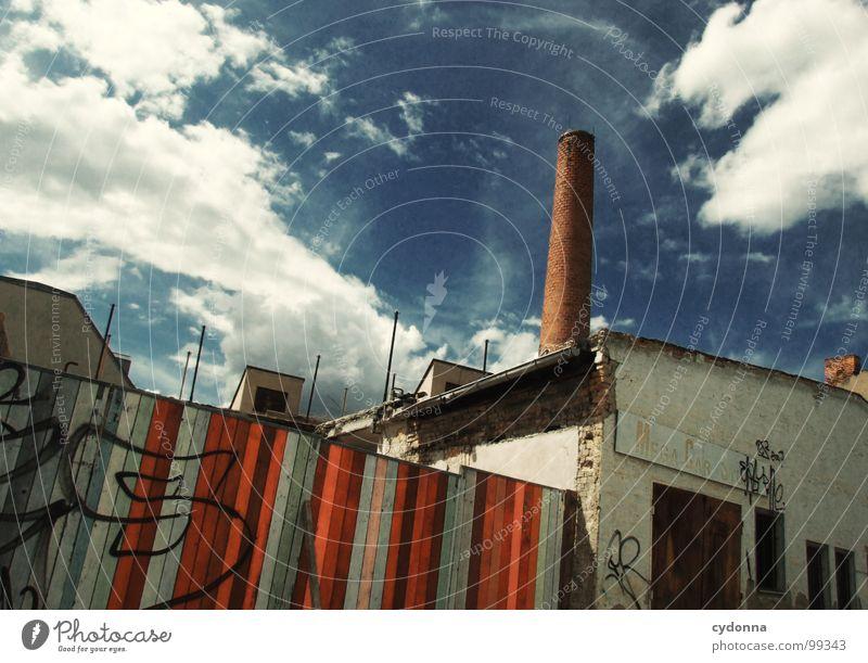 Paint it Black I alt Himmel Stadt Sommer ruhig Haus Wolken Einsamkeit Straße Leben Arbeit & Erwerbstätigkeit Wand Tod Holz Mauer Graffiti