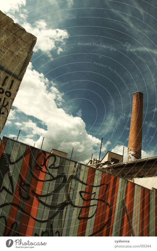 Paint it Black II Weimar Stadt leer Einsamkeit Tod Haus Fassade Mauer einzigartig Sommer Hinterhof Wolken Holz Demontage Barriere Grundstück vergangen Gelände