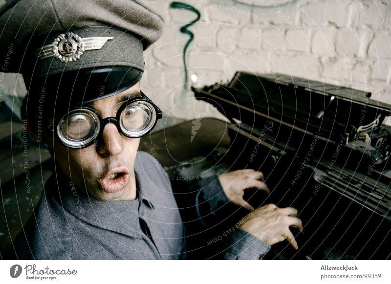 Karl - Oh Schreck, vertippt! Büro lachen Fröhlichkeit gefährlich Brille Freundlichkeit dumm DDR Soldat Freak Stab Dummkopf Schreibmaschine Büroangestellte