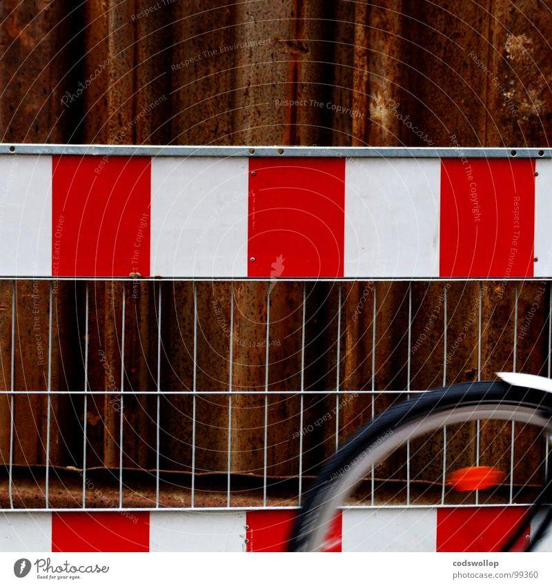 fahrradstreifen Zaun Sicherheit Baustelle Fahrrad rot Rust weiß Arbeit & Erwerbstätigkeit Straßenbau z Schutzblech Hinweisschild Verkehr Freizeit & Hobby wheel