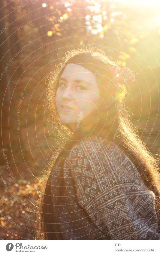 Sylvia Junge Frau Jugendliche 18-30 Jahre Erwachsene Natur Pullover brünett langhaarig Lächeln authentisch braun gelb orange Warmherzigkeit Zufriedenheit