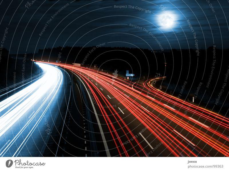 Ausfahrt zum Mond Himmel Straße Straßenverkehr Verkehr Nacht Nachthimmel Spuren Autobahn leuchten Dynamik Stress Verkehrswege Kurve Scheinwerfer