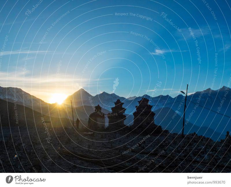 Stupas Natur Sommer Landschaft Berge u. Gebirge Religion & Glaube authentisch Schönes Wetter Gipfel Schneebedeckte Gipfel Bauwerk Glaube Blauer Himmel Tempel typisch Buddhismus Himalaya