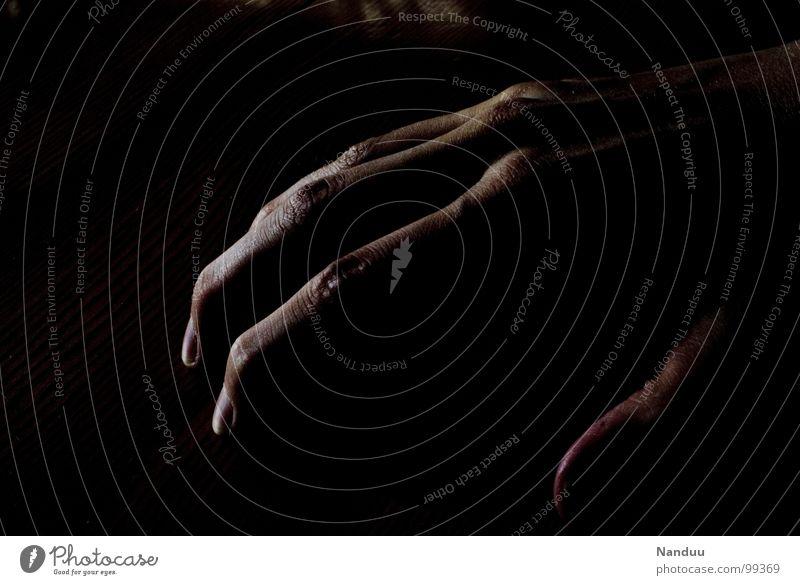 Spinnenfinger Hand dunkel schwarz lang schmal eigenwillig dünn Macht Finger Fingernagel Gelenk Mensch Kraft Schwäche Schatten gigantisch fangen