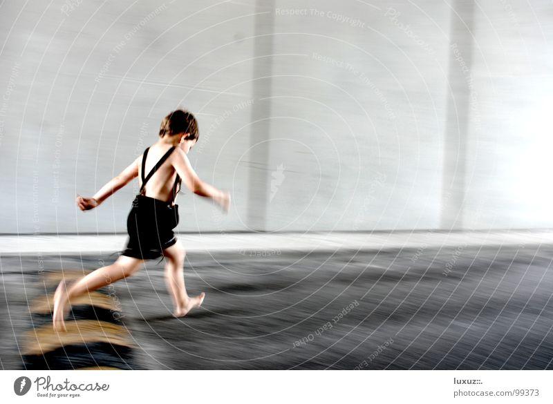 Lauf, Forrest, lauf! Kind Spielen Junge springen Tracht Gesundheit gehen laufen Beton Beginn rennen Verkehrswege Barfuß Eile hüpfen Krachlederne