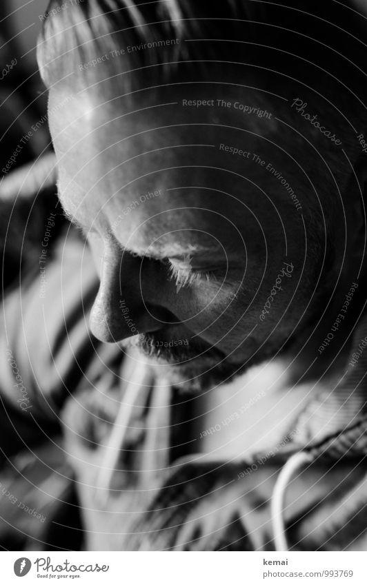 Look down Lifestyle Stil Mensch maskulin Mann Erwachsene Leben Kopf Nase Wimpern 1 30-45 Jahre blond kurzhaarig Bart Oberlippenbart Denken Erholung Coolness