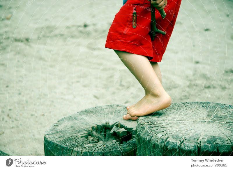 Mit beiden Beinen II Kind rot Ferien & Urlaub & Reisen Sommer Meer Strand Spielen Junge Sand Fuß Kindheit Zufriedenheit Freizeit & Hobby planen stehen