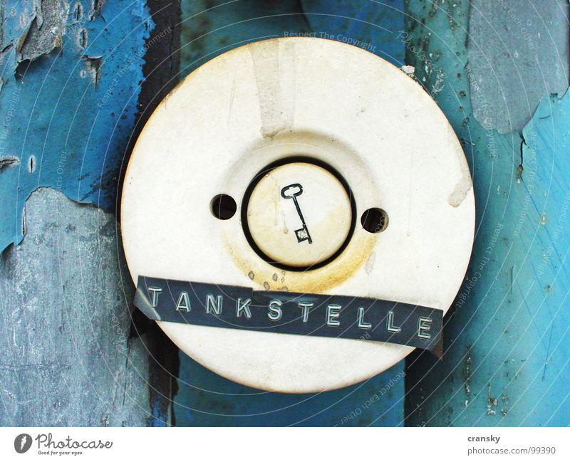 Bitte volltanken blau alt Industrie Fabrik Schlüssel Renovieren Klingel Benzin Tankstelle Alkoholsucht vergilbt Drogensucht