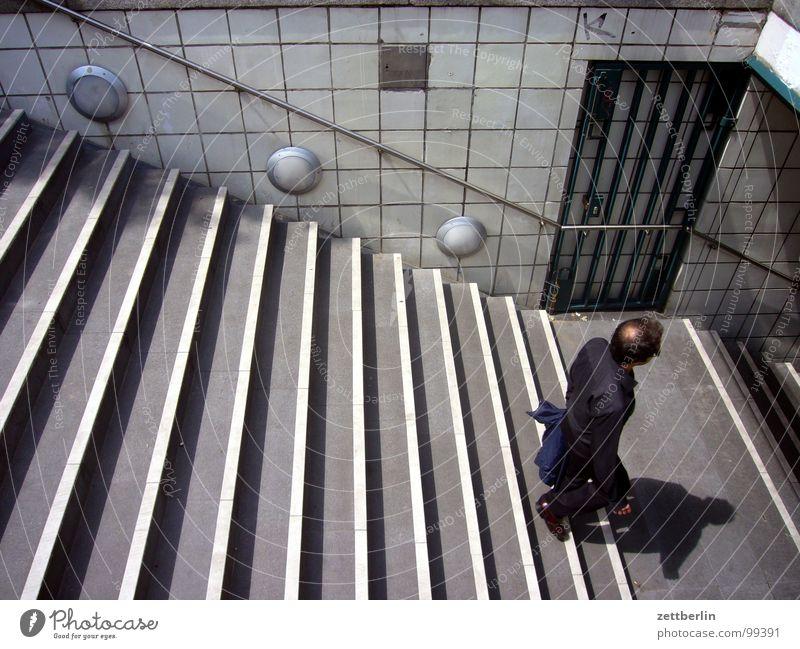 U-Bahn Mensch Mann Ferien & Urlaub & Reisen Einsamkeit Berlin Architektur Tür geschlossen Treppe offen U-Bahn Eingang aufwärts Geländer Tourist