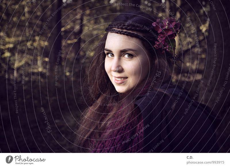 Sylvia II Junge Frau Jugendliche 13-18 Jahre Kind Herbst Blume Wald Mode Jacke Schal brünett langhaarig Zopf Blume im Haar geflochten Lächeln dunkel schön