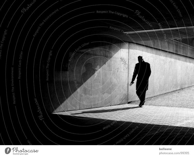 You ever walk alone... Mann dunkel schwarz Licht gehen Spaziergang Stadt bedrohlich Stadtleben Schatten Durchgang Tunnel Denken gefährlich Beton Untergrund