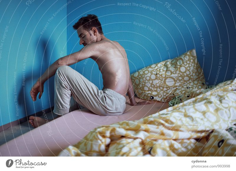 Früh raus Lifestyle Häusliches Leben Wohnung Bett Schlafzimmer Mensch Junger Mann Jugendliche 18-30 Jahre Erwachsene Beginn Einsamkeit Erholung Farbe