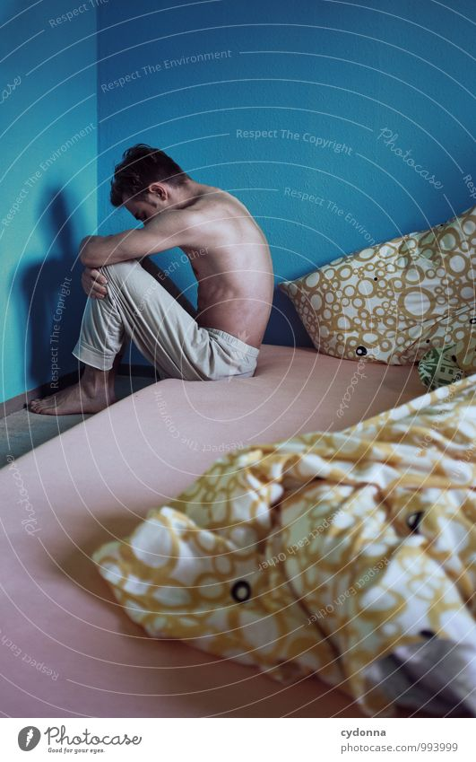 Morgenblues Mensch Jugendliche Farbe Einsamkeit ruhig Junger Mann 18-30 Jahre Erwachsene Leben Traurigkeit Gefühle Gesundheit Gesundheitswesen Lifestyle träumen