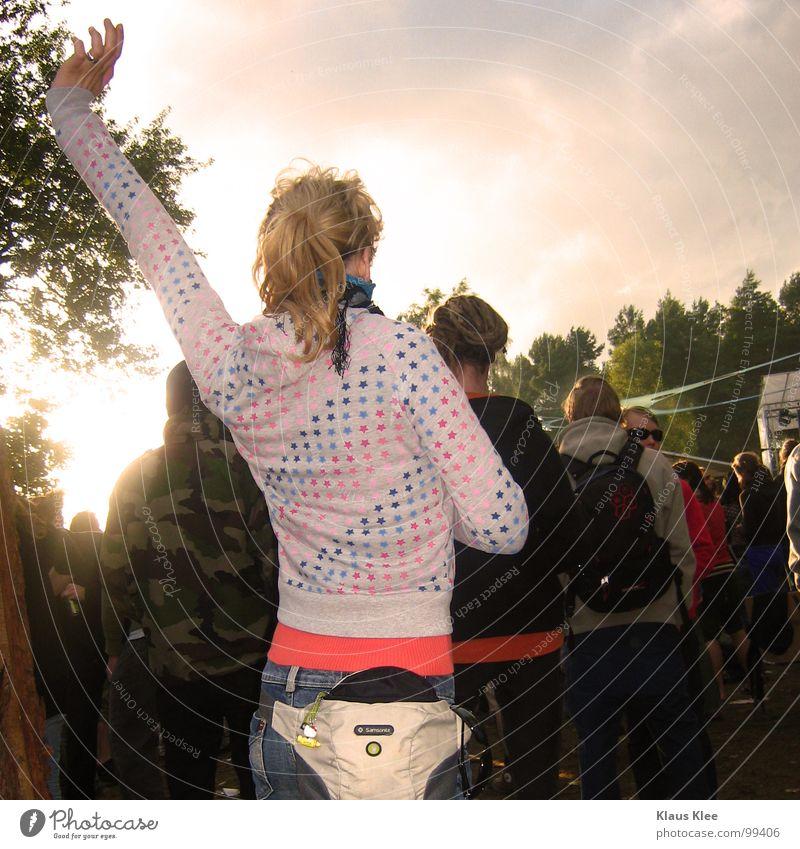 MarÜ TANZT Frau Party Muster Goa Gegenlicht blond rot Rucksack Menschenmenge Lust Stimmung Club Freude Konzert Musik Marie Tanzen Bauchtasche Arme in die Luft