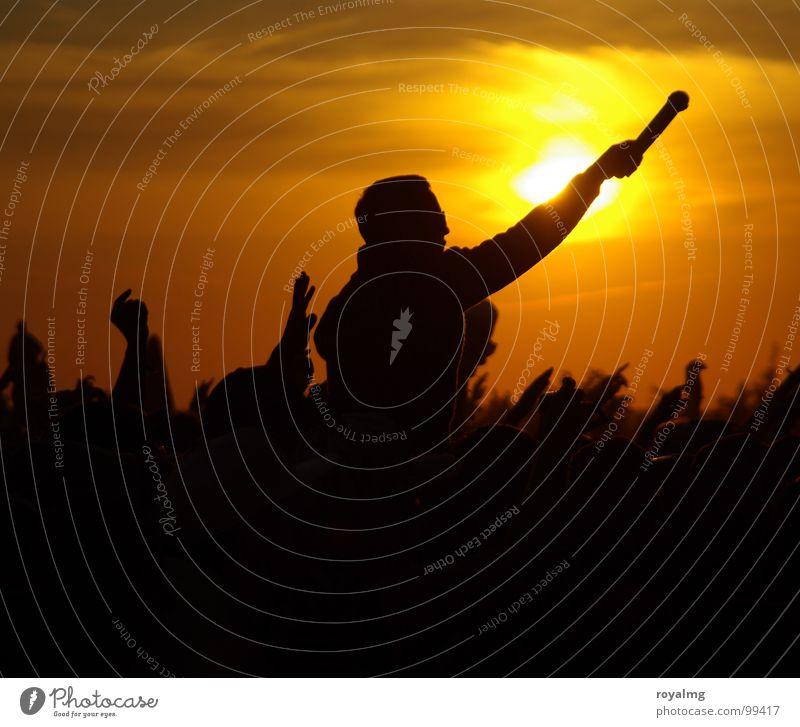Rock 'N' Roll Star Farbfoto Außenaufnahme Textfreiraum unten Abend Dämmerung Licht Kontrast Silhouette Sonnenlicht Sonnenstrahlen Sonnenaufgang Sonnenuntergang