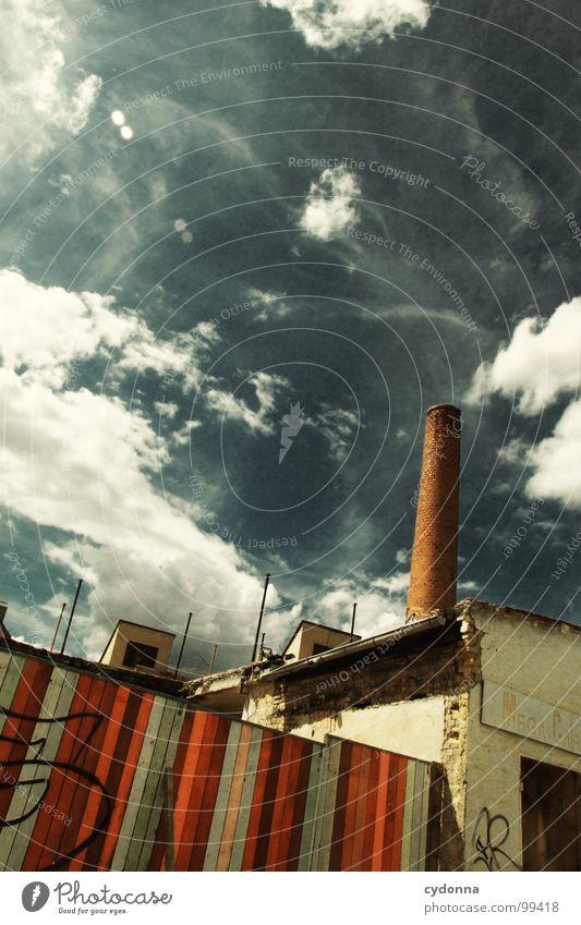 Paint it Black III Weimar Stadt leer Einsamkeit Tod Haus Fassade Mauer einzigartig Sommer Hinterhof Wolken Holz Demontage Barriere Grundstück vergangen Gelände