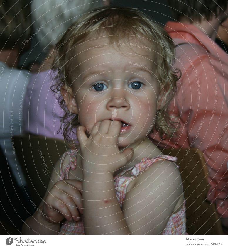 können_diese_AUGEN_lügen? Kind Zeit sitzen süß Konzentration niedlich Kleinkind Locken Schüchternheit unschuldig Nachkommen