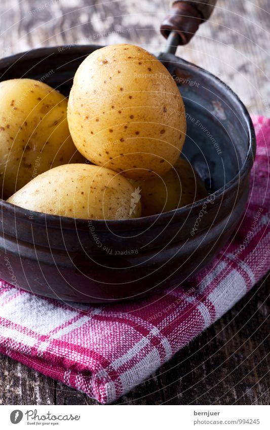 Kartoffeltopf weiß rot gelb Holz Lebensmittel einfach Kochen & Garen & Backen gut Gemüse Appetit & Hunger Topf rustikal Kartoffeln Billig Pfanne simpel