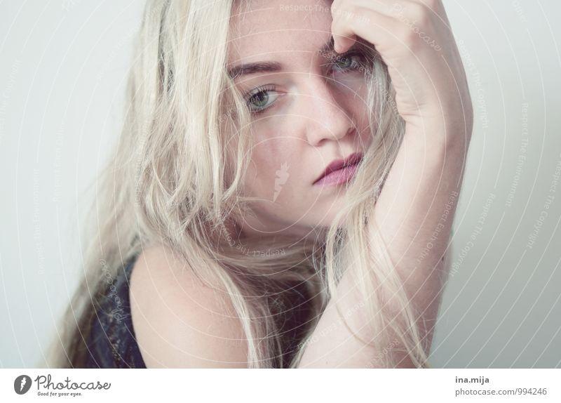 * Mensch feminin Junge Frau Jugendliche Gesicht 18-30 Jahre Erwachsene blond langhaarig träumen Traurigkeit warten schön einzigartig kalt weiß Gefühle Stimmung