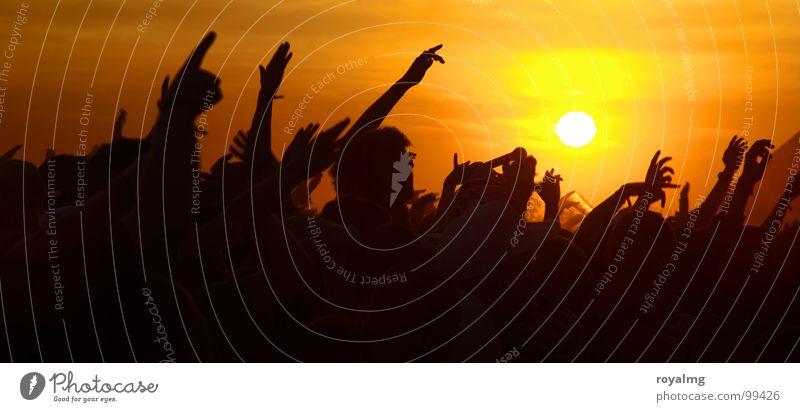 supersonic Himmel Jugendliche Hand Sonne Sommer Freude gelb dunkel Wärme Glück Party Musik Stimmung Feste & Feiern Deutschland Tanzen