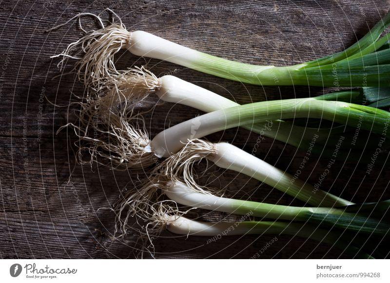 Frühlingszwiebel grün weiß Lebensmittel braun frisch Kochen & Garen & Backen gut Gemüse Holzbrett rustikal Billig roh Zutaten Zwiebel Lauchgemüse