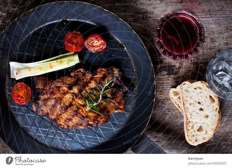 Schwein gehabt Lebensmittel Fleisch Gemüse Essen Getränk Wein Pfanne Glas Grill Billig gut Ehrlichkeit Schweinesteak Halsgrat Steak gegrillt Eisenpfanne Rotwein