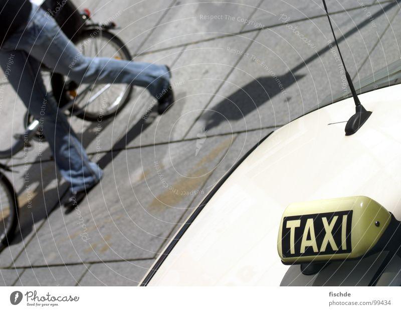 taxi oder zu fuß? Natur Stadt Umwelt Straße Bewegung Wege & Pfade PKW Fahrrad Schilder & Markierungen Spaziergang Bürgersteig Mobilität Konkurrenz