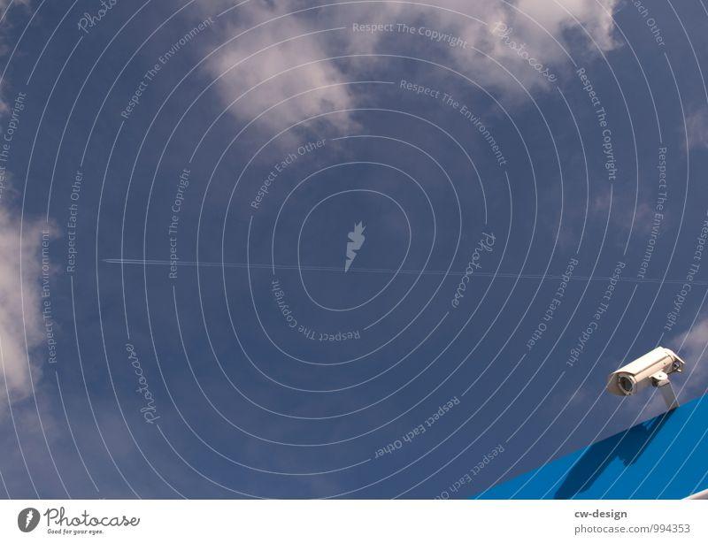 Achtung: Dieser Platz wird videoüberwacht Himmel blau Wolken Haus Wand Mauer Fassade Erfolg gefährlich Telekommunikation beobachten Schönes Wetter Neugier
