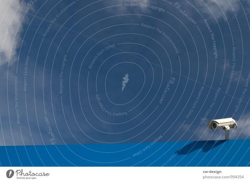 Ein Auge auf jemanden werfen Himmel Stadt blau Ordnung Perspektive Technik & Technologie bedrohlich Kommunizieren Zukunft Schönes Wetter Schutz Sicherheit