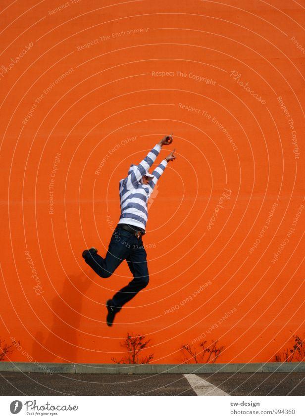Jippie, Wochenende! Mensch Jugendliche Mann Freude Junger Mann 18-30 Jahre Erwachsene Leben Stil Glück Freiheit fliegen springen Lifestyle Fassade orange