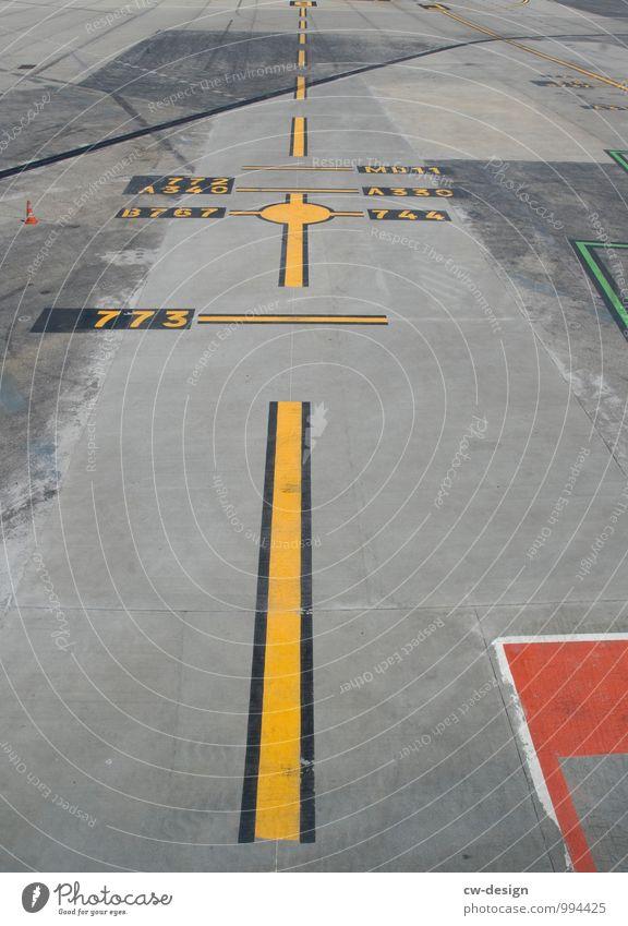 Landebahn Menschenleer Flughafen Flugplatz Flugzeuglandung Flugzeugstart im Flugzeug Flugzeugausblick gelb grau rot Asphalt Linie Strichellinie Streifen Beton
