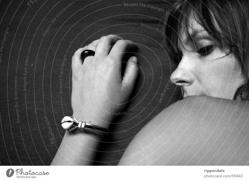 nora 02 Frau schön grau Schmuck Porträt weich Romantik Hand Armband Schwarzweißfoto Haut Kreis ruhig