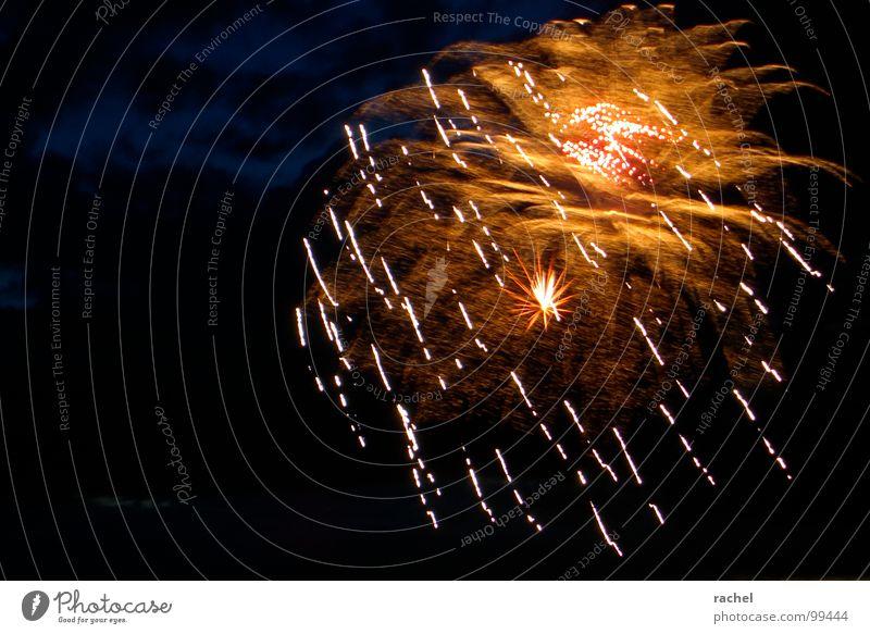 Party am Himmel Freude dunkel Gefühle Glück Lampe Feste & Feiern Wetter glänzend Vergänglichkeit fantastisch Show Veranstaltung Silvester u. Neujahr Jahrmarkt