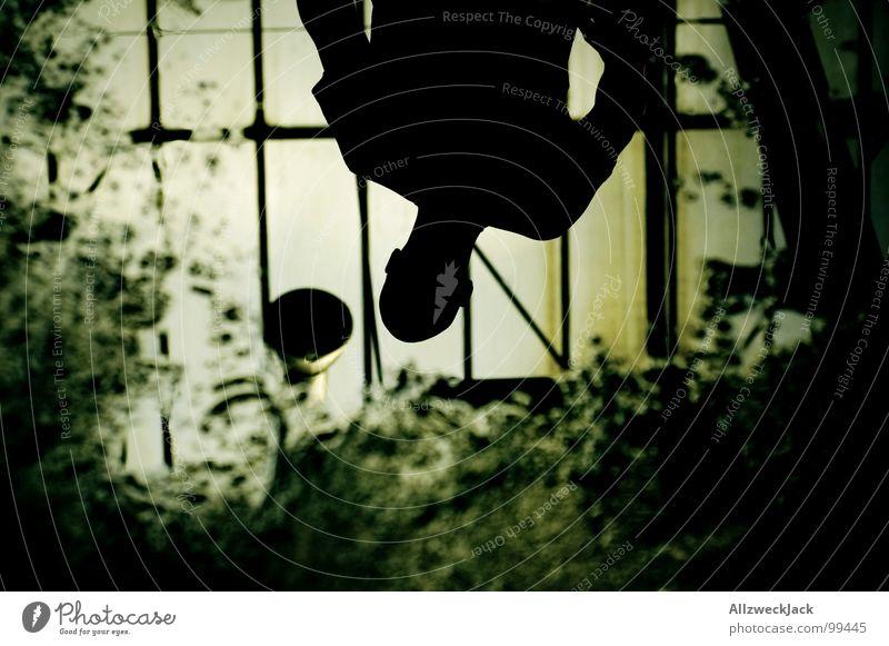 Puddle of what Mensch Mann Wasser dunkel Fenster Angst dreckig maskulin nass gefährlich Lagerhalle Schifffahrt Panik Selbstportrait anonym Pfütze