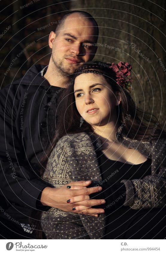 P&S Paar Partner 2 Mensch 18-30 Jahre Jugendliche Erwachsene Herbst Baum Blume Wald Pullover Jacke brünett Dreitagebart berühren Lächeln Freundlichkeit
