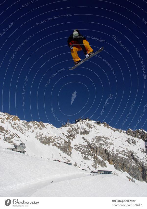 Airwalk Himmel rot Winter Berge u. Gebirge Schnee Sport fliegen springen orange hoch gefährlich berühren Alpen Schneebedeckte Gipfel Risiko Wolkenloser Himmel