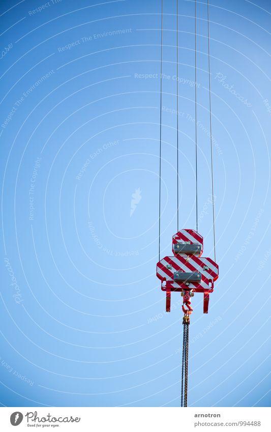 Am Haken blau weiß rot Arbeit & Erwerbstätigkeit Luft Kraft frei Technik & Technologie Schönes Wetter Wolkenloser Himmel hängen Werkzeug Maschine Kran tragen