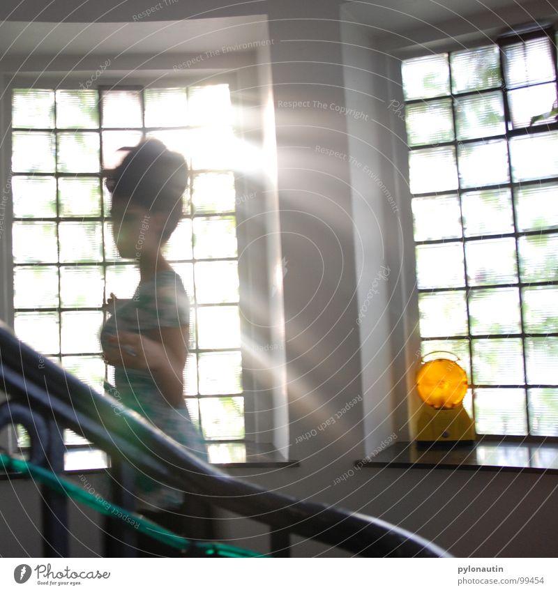 Treppengeist2 Glasbaustein Frau Licht Baulampe Kleid Sonnenstrahlen Fenster Flur Lichtschlauch Mensch Geister u. Gespenster Geländer