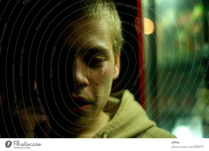 washout juli Mensch Mann Hand Jugendliche Gesicht gelb dunkel sprechen Körperhaltung Vertrauen Müdigkeit Alkoholisiert Pullover Rausch Schwäche Absturz