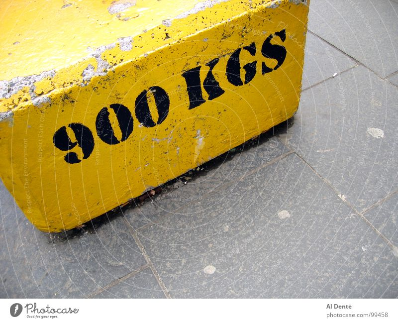 Almost a tonne Kilogramm 900 gelb stark Stadt Verkehrswege Macht Buchstaben Schriftzeichen kg kilogram weight heavy strong concrete grey gray pavement sidewalk