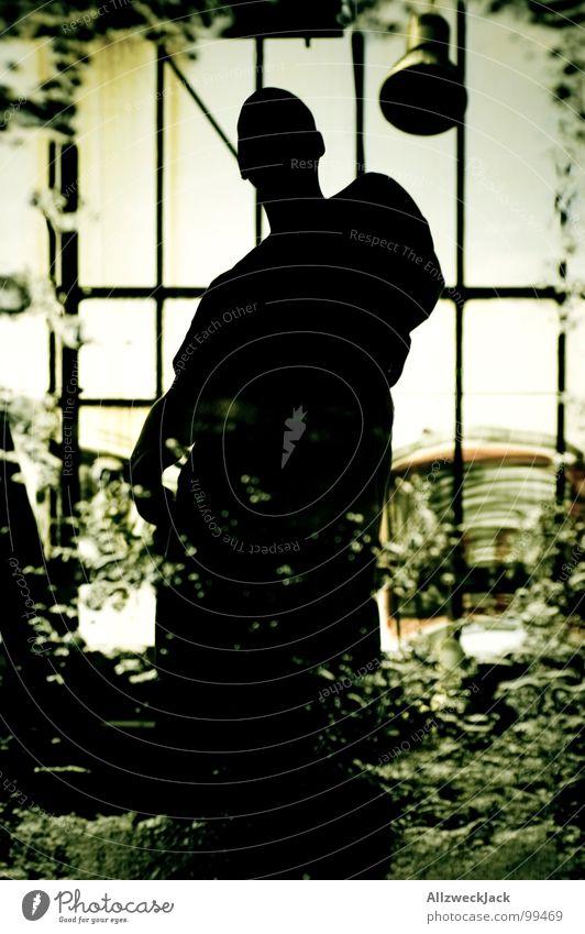 Der Mann in der Pfütze maskulin Wasser nass Spiegelbild Mensch dunkel fremd Fabrikhalle Fenster Licht schmuddelig unheimlich Silhouette Angst Panik Macht