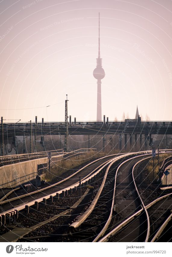 lautlos taktlos Himmel Prenzlauer Berg Brücke Wahrzeichen Berliner Fernsehturm S-Bahn Schienennetz frei glänzend Inspiration Netzwerk Infrastruktur