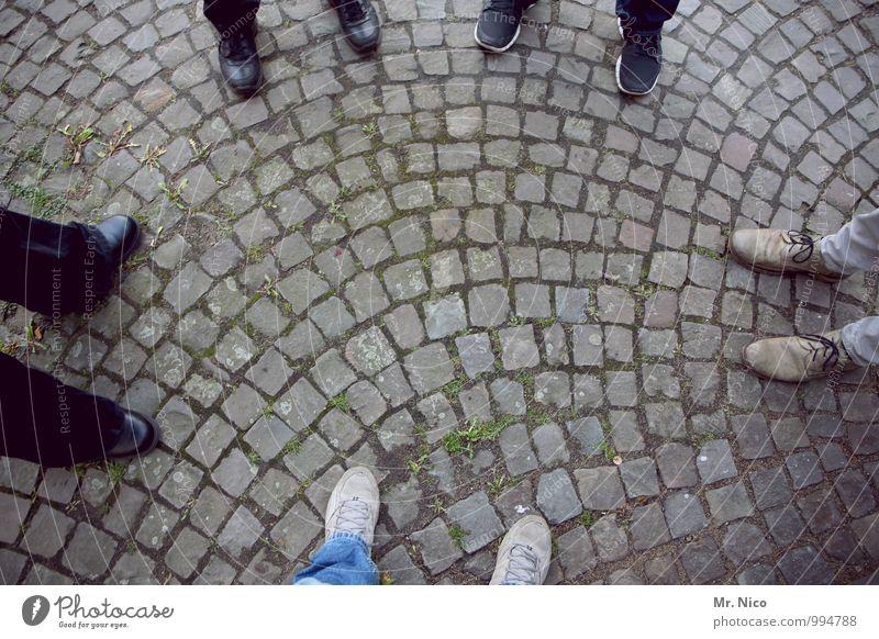UT Köln | fünf ist einer zuwenig Lifestyle maskulin Fuß 5 Mensch Wege & Pfade Schuhe stehen Kopfsteinpflaster Steinboden Mode schwarz grau Zusammenhalt